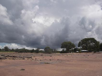 Strand bei Ebbe - Regen zieht auf, Darwin