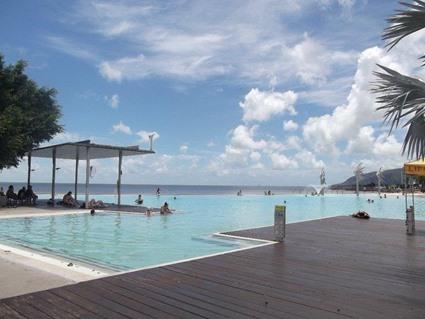 öffentliche Lagune in Cairns, dahinter der Ozean
